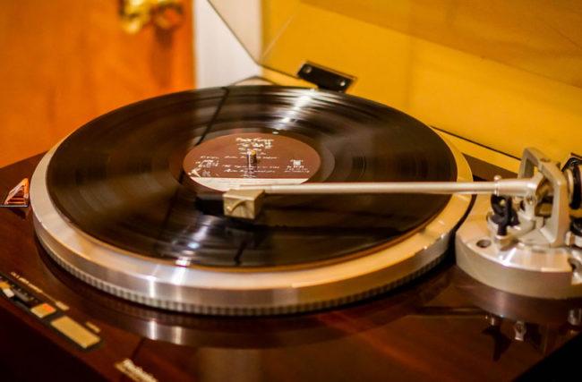 Equipamentos de DJ » 7 Equipamentos que Todo DJ Precisa Ter
